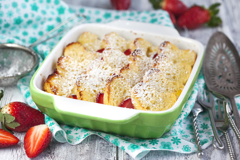 Bakat franskt rostat bröd med jordgubben fotografering för bildbyråer