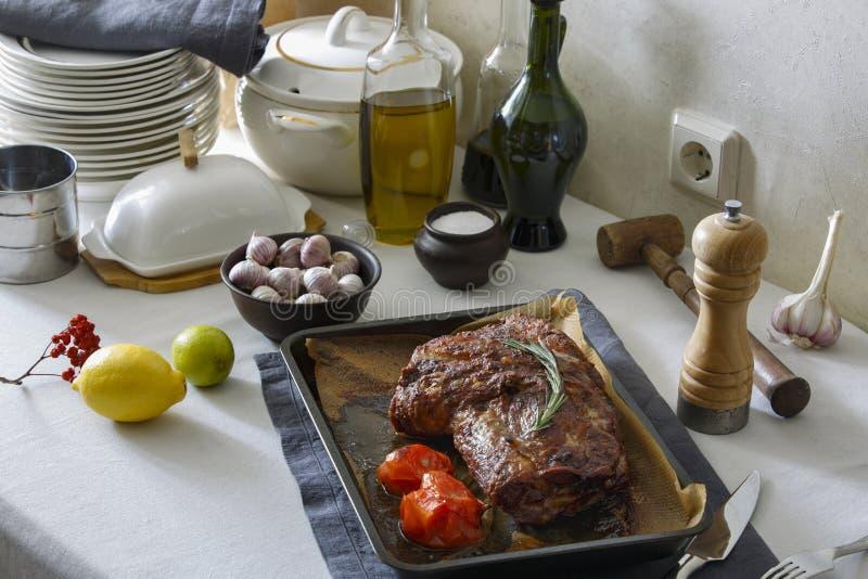 Bakat kött i ugnen på den äta middag tabellen royaltyfria bilder