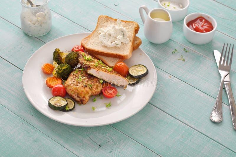 Bakat kryddigt fegt bröst med grönsaker royaltyfria foton
