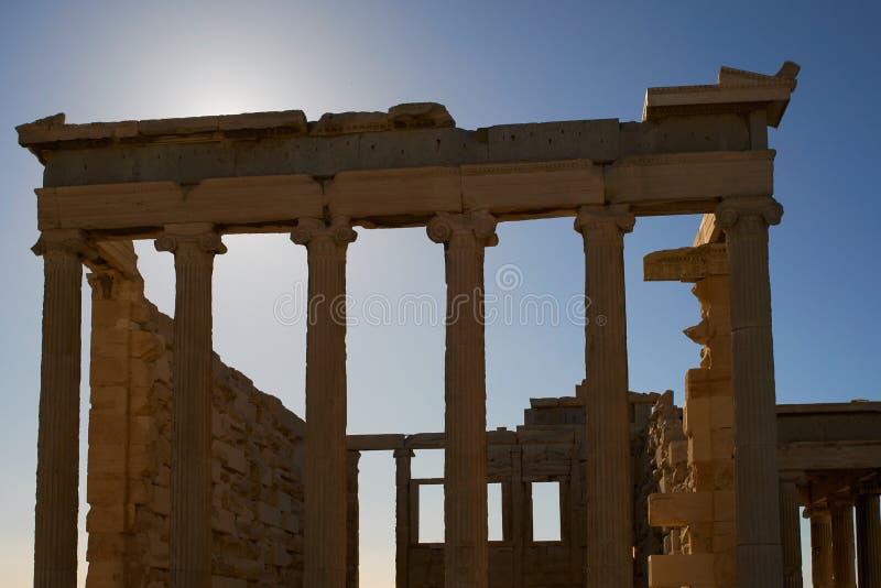 Bakbelyst Erechtheion tempel på solnedgången royaltyfria foton