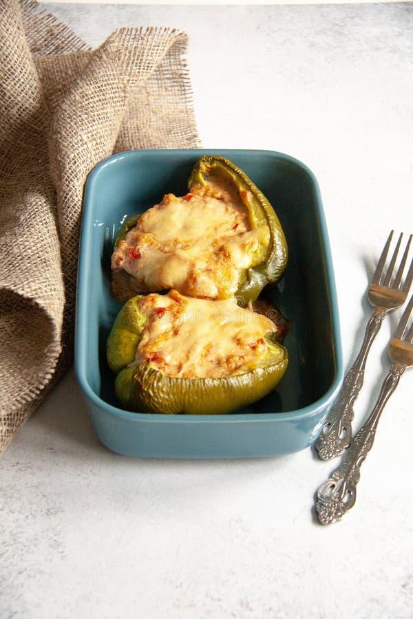 Baked заполнило зеленый перец с сыром стоковая фотография