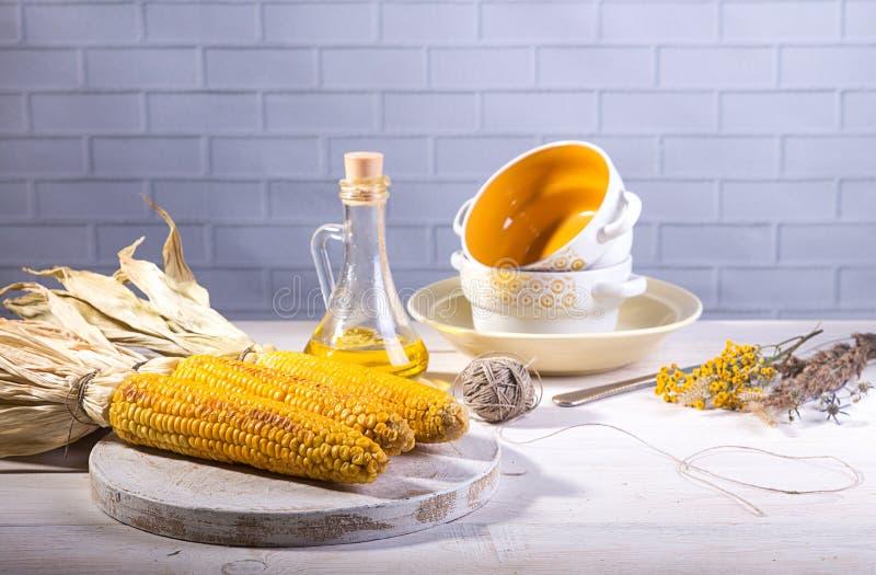 Baked asó a la parrilla mazorcas del maíz en el fondo blanco del ladrillo imagen de archivo libre de regalías