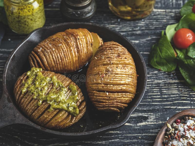 Baked briet Kartoffeln insgesamt in der Haut, Salat Werfen Sie Eisenstein auf dem Tisch stockfotografie