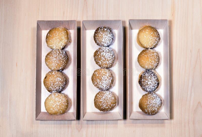 Baked maison-a fait cuire le biscuit sablé empilé dans la boîte en bois images libres de droits