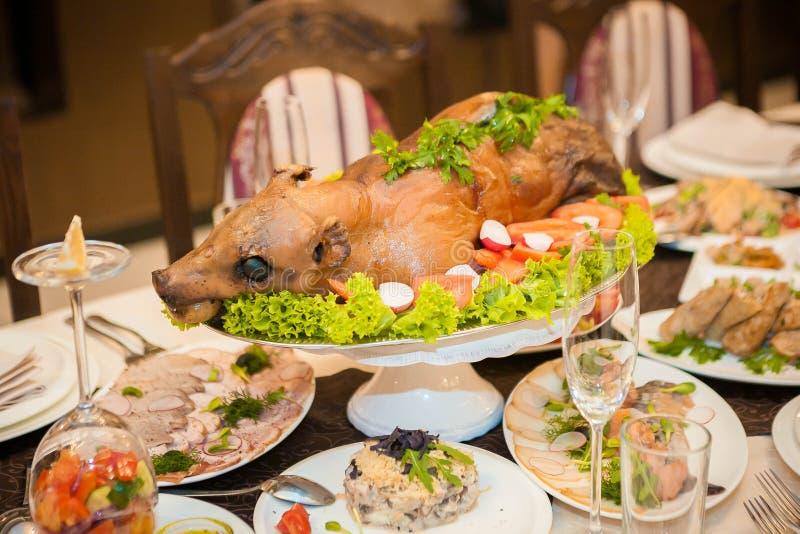 Baked mjölkar svinet på en festlig tabell arkivfoto