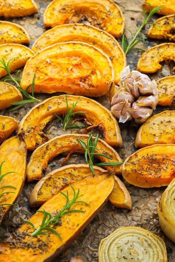 Baked a rôti la courge de butternut de potiron et la patate douce oranges grillées image libre de droits