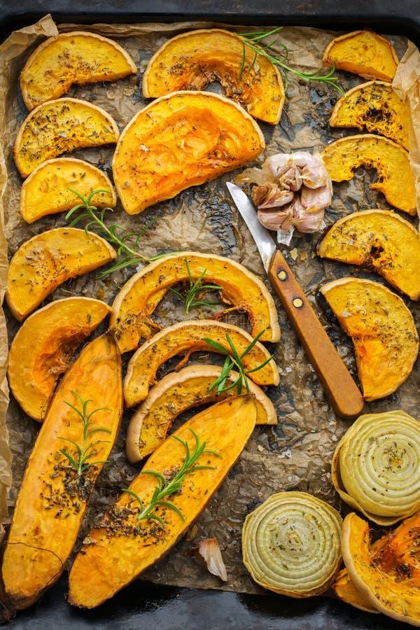 Baked a rôti la courge de butternut de potiron et la patate douce oranges grillées images stock