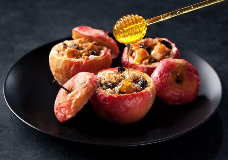 Baked rellenó manzanas imagenes de archivo