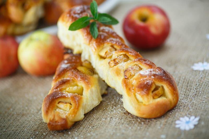 Baked trançou as tranças com maçãs imagem de stock