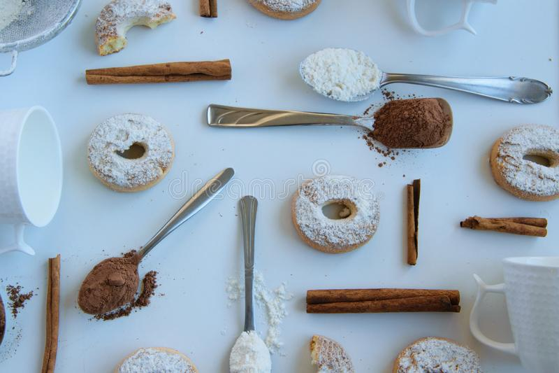 Bakelsebakgrund - läckra hemlagade bageriprodukter på vit bakgrund arkivbilder