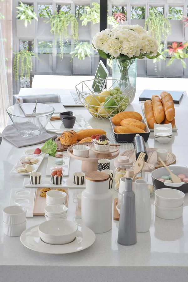 Bakelser och bröd som ställer in på att äta middag tabellen arkivfoton