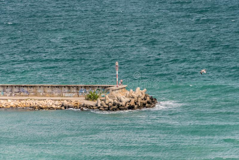 baken en zeewand Jachtharina aan de Zwarte Zeekust royalty-vrije stock foto