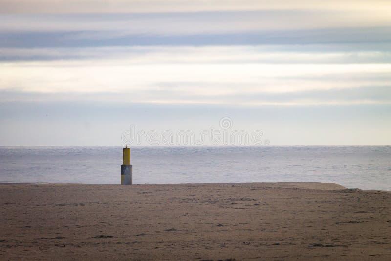 Baken in het Zand dichtbij de Oceaan stock afbeelding