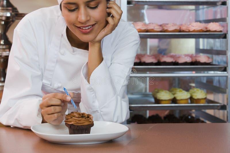 Baker με το cupcake στοκ φωτογραφία με δικαίωμα ελεύθερης χρήσης
