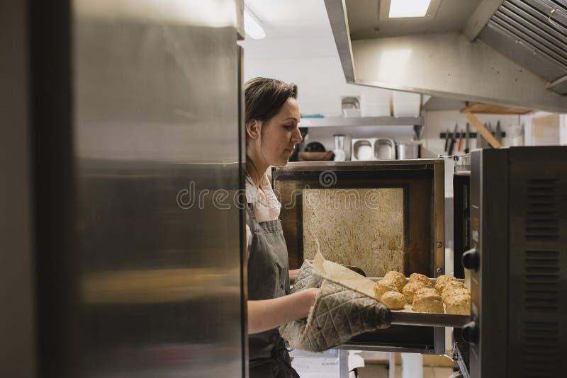 Baker που κάνει κάποιο Scones στοκ φωτογραφία με δικαίωμα ελεύθερης χρήσης