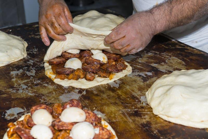Baker που προετοιμάζει ένα γεμισμένο ψωμί στοκ εικόνες