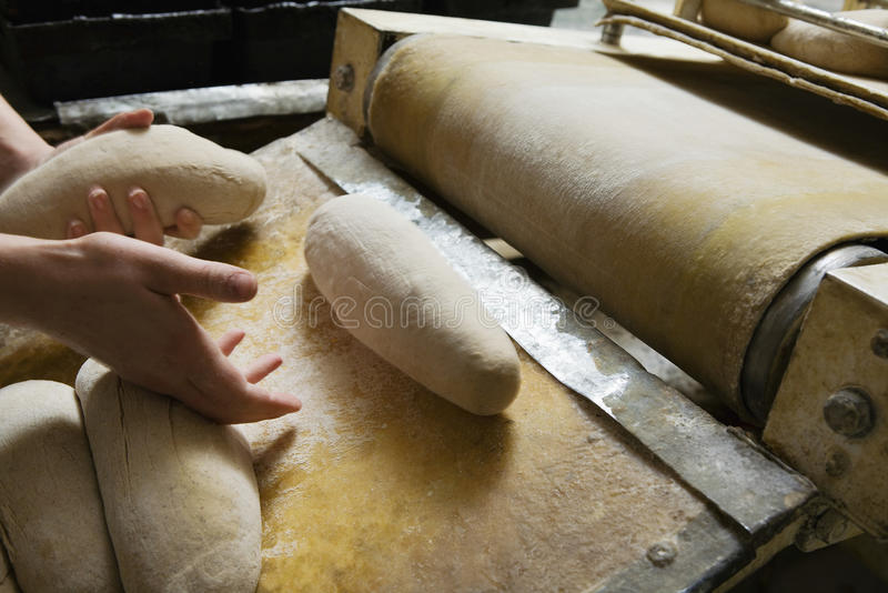 Baker που προετοιμάζει τη ζύμη ψωμιού στοκ φωτογραφία με δικαίωμα ελεύθερης χρήσης