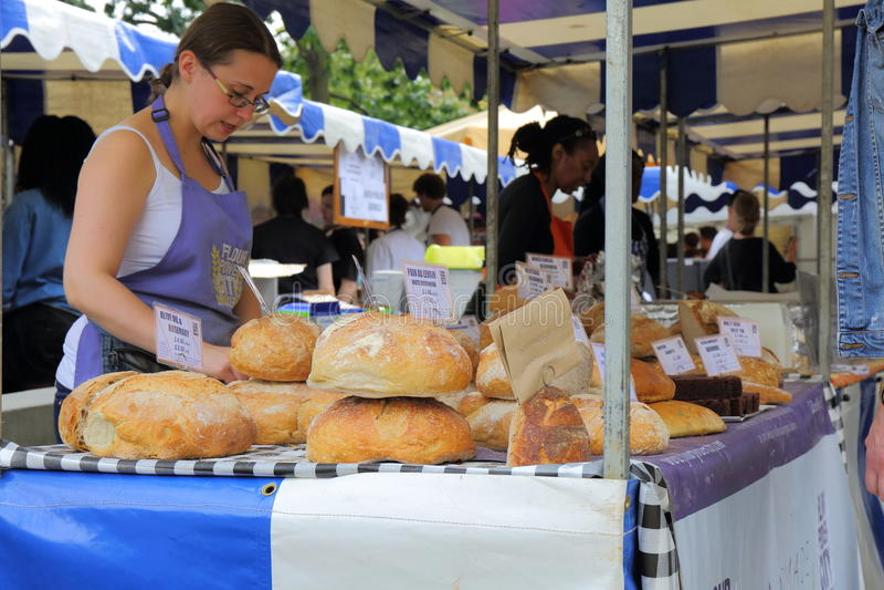 Baker d'artisan à un marché des agriculteurs photographie stock libre de droits