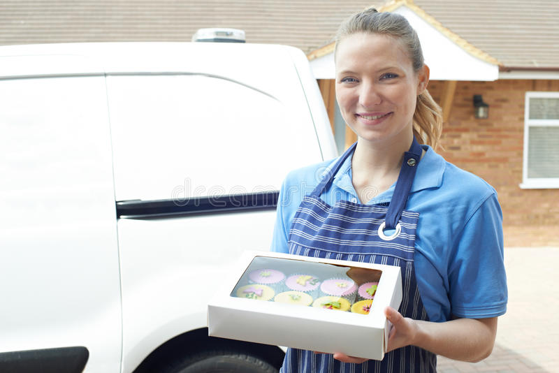 Baker féminin Making Home Delivery des petits gâteaux photos libres de droits