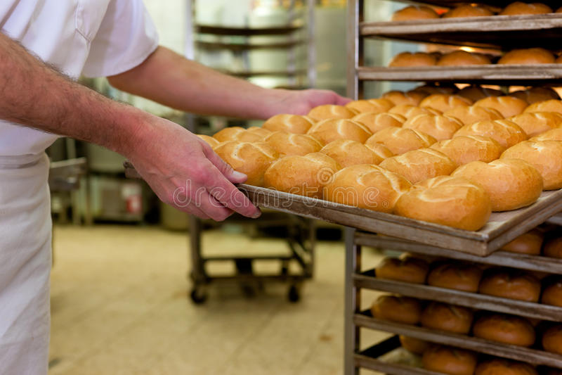 Baker in zijn bakkerij royalty-vrije stock foto's