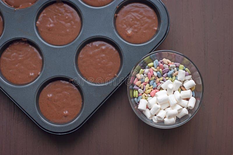 Bakeware na ciemnym drewnianym tle zdjęcia stock