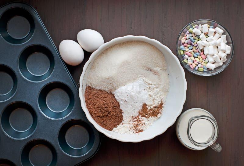 Bakeware na ciemnym drewnianym tle fotografia royalty free