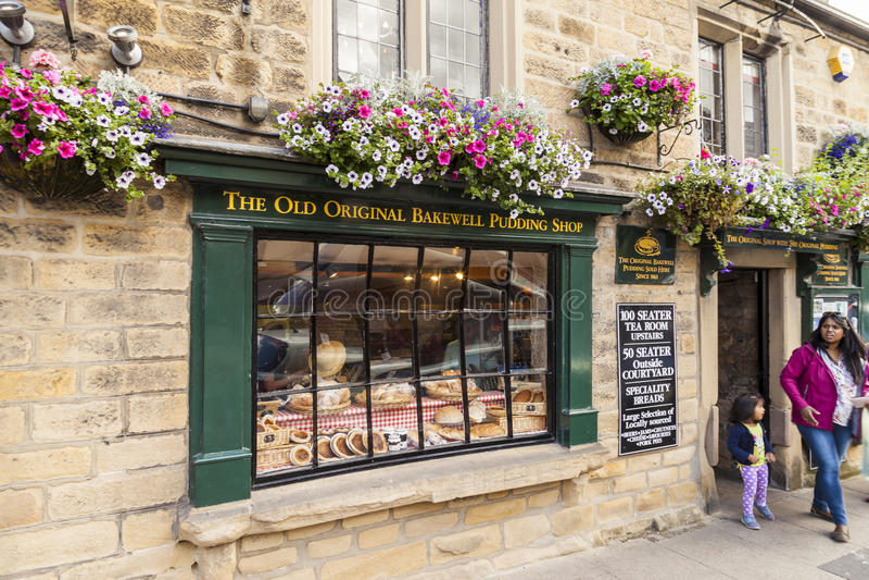 Bakewell Derbyshire, England - Juli 19, 2015: Den gamla original- Bakewell puddingen shoppar, Bakewell Derbyshire, England, Fören arkivfoton