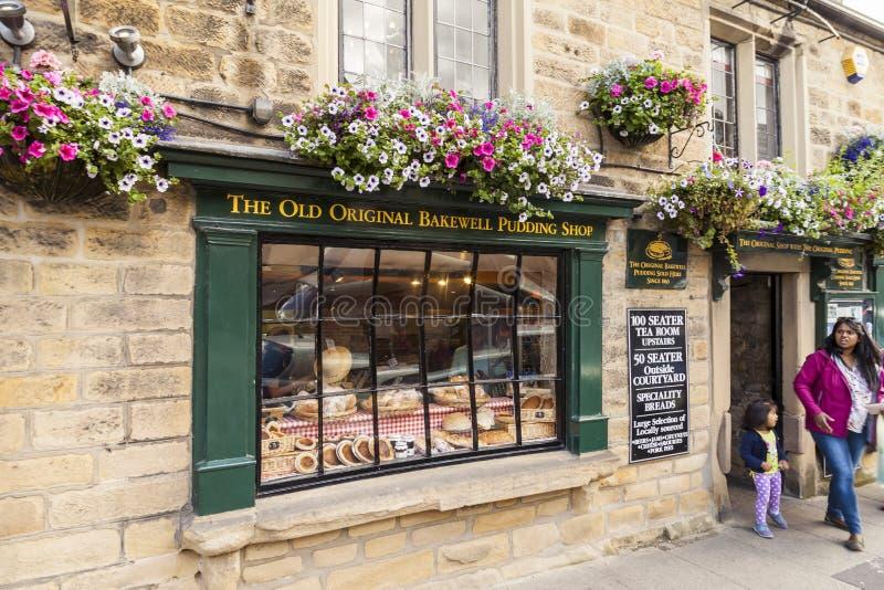 Bakewell, Derbyshire, Inglaterra - 19 de julho de 2015: A loja original velha do pudim de Bakewell, Bakewell Derbyshire, Inglater fotos de stock