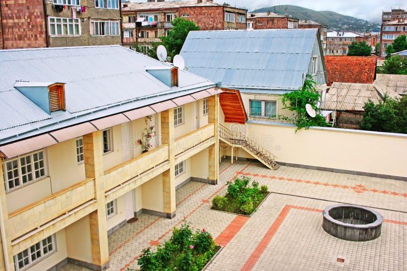 Download Bakgård i Vanadzor arkivfoto. Bild av stad, natur, green - 27280310