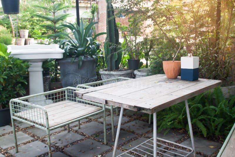 Bakgård med utomhus- placering, hem- och trädgårdbegrepp royaltyfria bilder