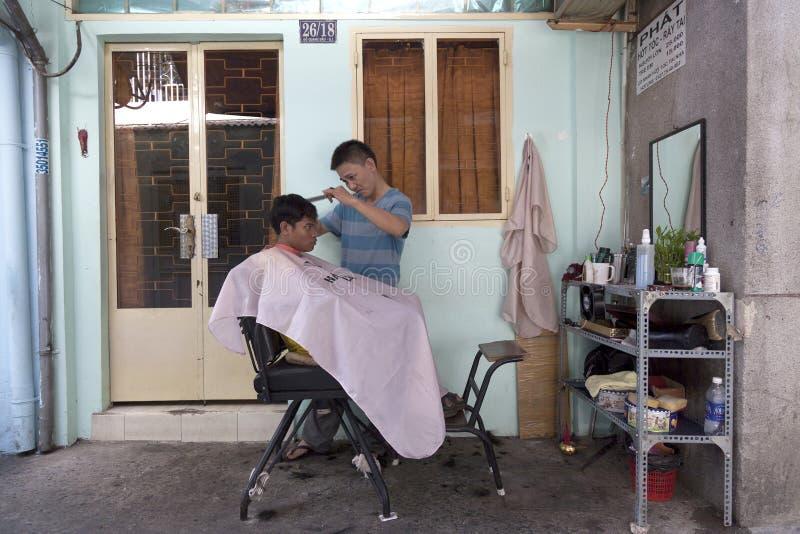 Bakgårdbarberare i Saigon royaltyfri foto