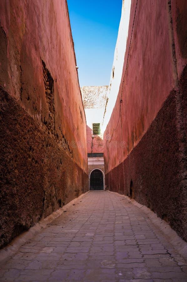 Bakgata i Medina Marrakesh Marocko arkivbilder