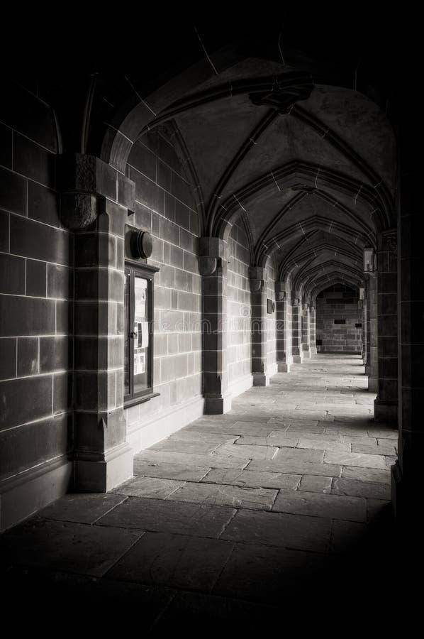bakgata som bygger mörkt medeltida arkivbild