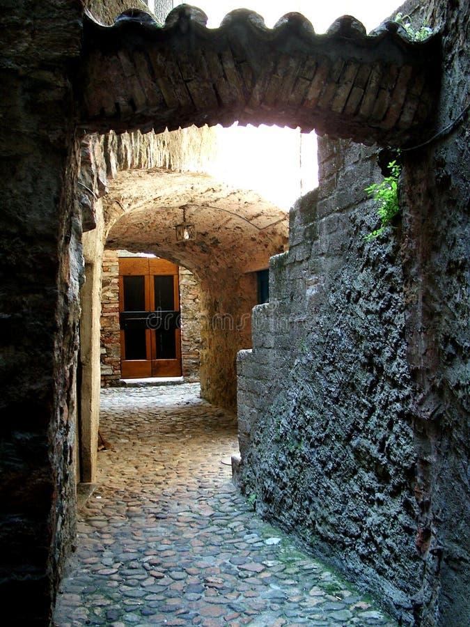 Download Bakgats- morcote arkivfoto. Bild av gammalt, sten, dödläge - 37870