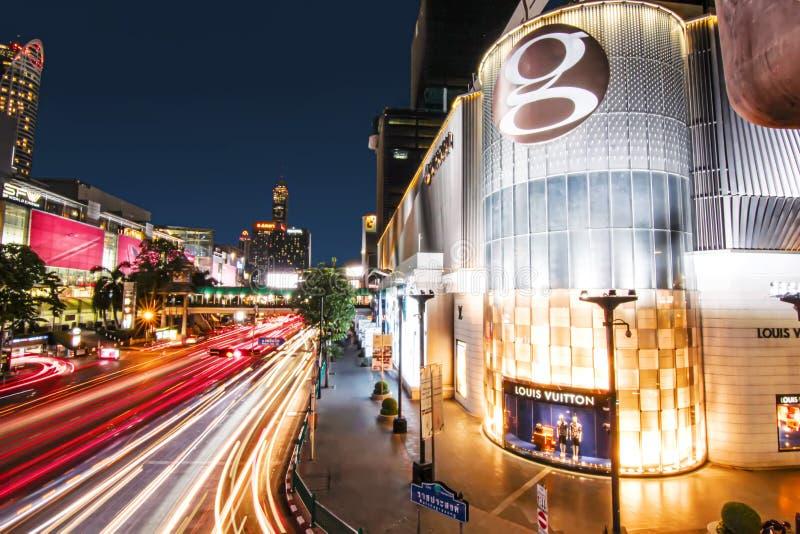 Bakground largo del paisaje urbano del rastro de la luz de la exposición del tráfico en Bangkok imagen de archivo