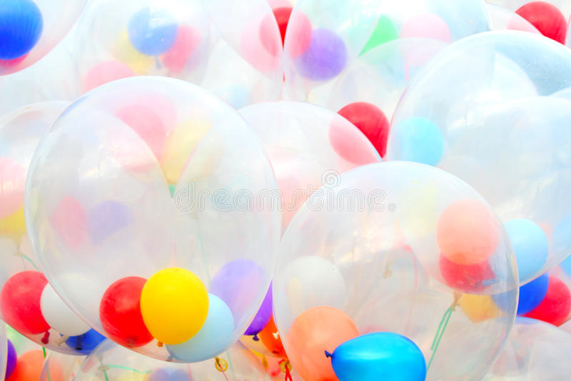 Bakgrund av brokiga ballonger arkivfoton