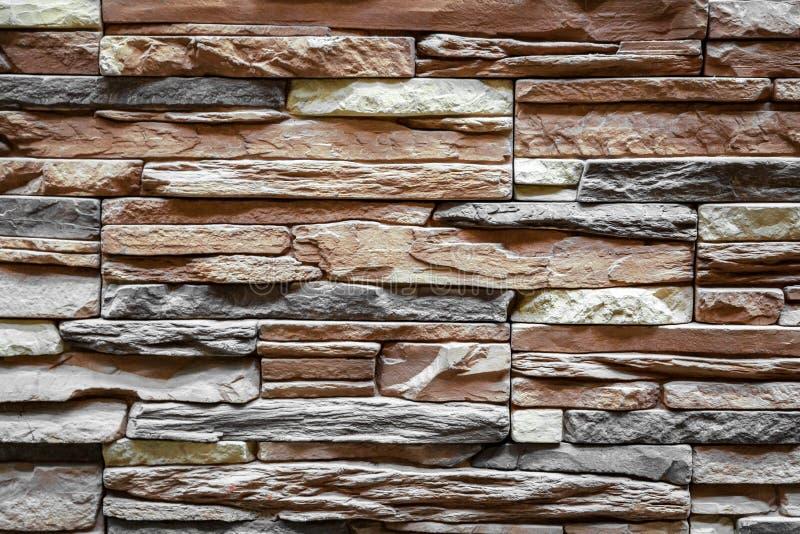 Bakgrund av brunt stenar väggen som göras med kvarter arkivbild