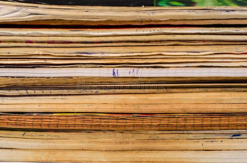 Bakgrund av de gamla skrivböckerna arkivfoto