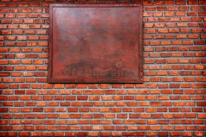 Bakgrund av den gamla tappningtegelstenväggen Sprucken konkret bakgrund för tappningtegelstenvägg fritt utrymme för text i det wo fotografering för bildbyråer
