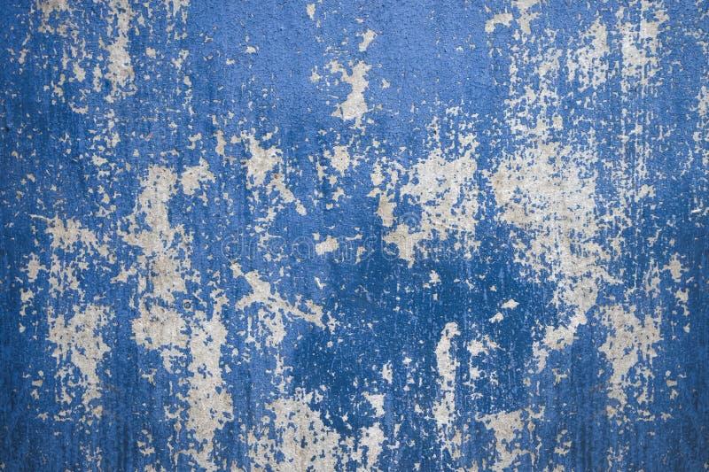 Bakgrund av den gamla tr?v?ggen med kn?ckt, sjaskig sjaskig bl? m?larf?rg royaltyfria foton