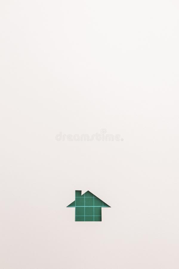 Bakgrund av den gröna bitande enkla hussymbolen royaltyfri foto
