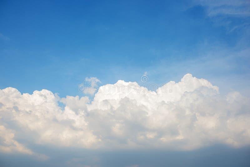 Bakgrund av den klara blåa cerulean himlen med det stora fluffiga vita molnet på på det royaltyfria foton