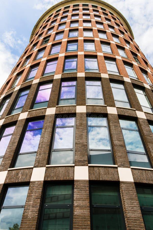 Bakgrund av den moderna skyskrapan arkivfoton