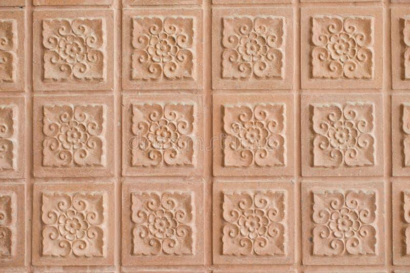 Bakgrund av den thailändska väggen för konststiltegelsten royaltyfri bild