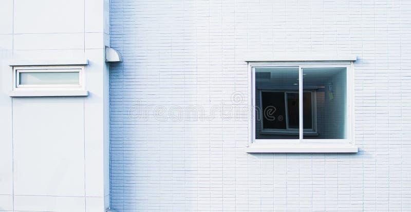 Bakgrund av den vita väggen och fönstret royaltyfri bild
