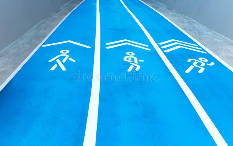 Bakgrund av det blåa spåret för rinnande konkurrens på stadion arkivfoton