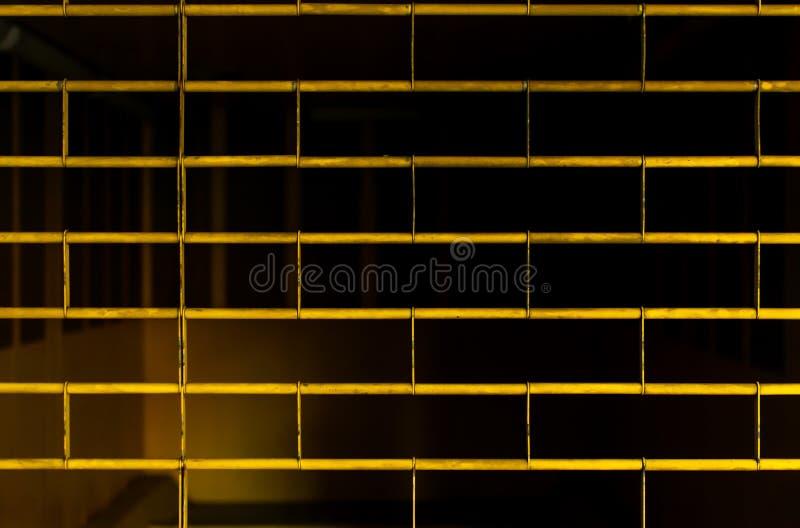 Bakgrund av det gula staketet av garaget arkivfoton