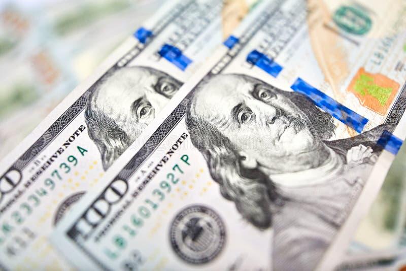 Bakgrund av 100 dollarräkningar Pengaramerikan hundra dollarbi royaltyfria bilder