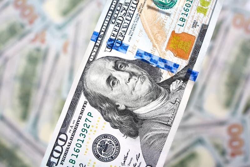 Bakgrund av 100 dollarräkningar Pengaramerikan hundra dollarbi arkivbild