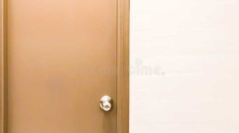 Bakgrund av en dörr och en vit vägg royaltyfria foton